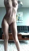Jovencita de hermoso cuerpo desnudándose