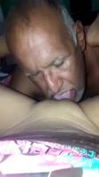 Abuelo le hace sexo oral y ella quiere le lama el ano