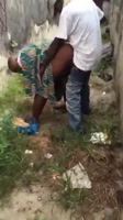 Africana madura echando un rapidito detrás de casa