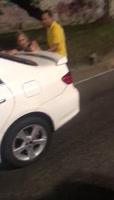 Boricuas pillados chichando en plena calle-Dispara al aire para que no los graben