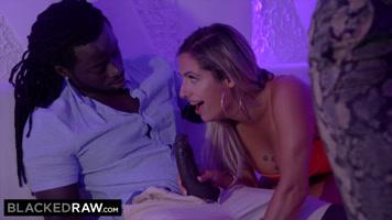 EL NEGRO pone a RUBIA BRASILEÑA a chuparle el pene en la fiesta,y luego se la lleva a follar
