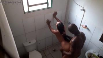 Mientras ella se ducha, el se le mete al baño a follarla!