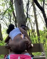 Negros se detienen en el parque a hechar un polvito
