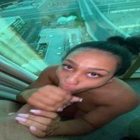Prostituta chupando verga en un penthouse